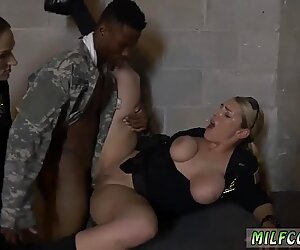 Blonde met grote tieten neukt Amerikaans soldaat